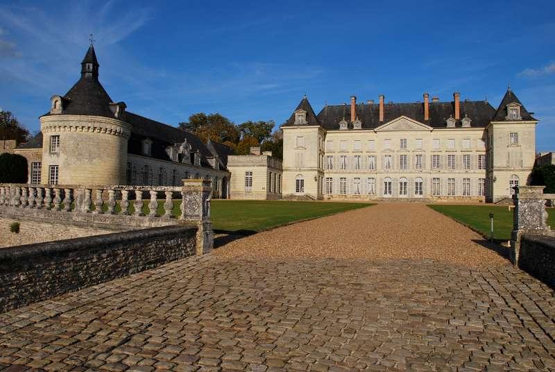 chateau-montgeoffroy-allee-entree-garatt-800-72300